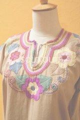 メキシコ刺繍ブラウス*ベージュ地/ピンク系花刺繍*