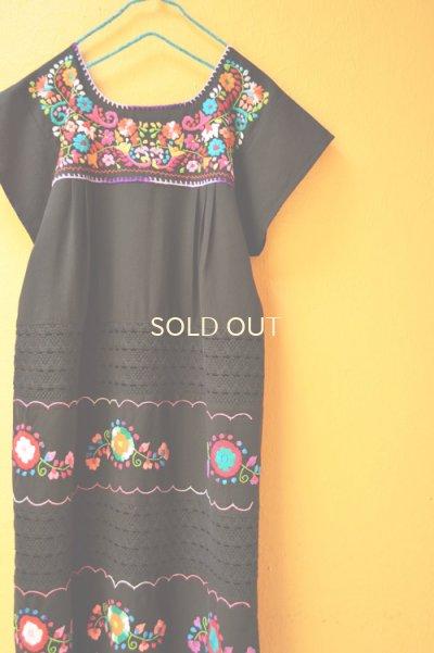画像1: お花刺繍のメキシカンワンピース*レース仕立て/黒地/首回り紫*